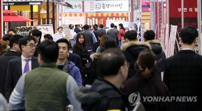 It became the most common household type in South Korea, making up 27.2 percent in 2015, followed by 26.1 percent for two-person families and 21.5 percent of homes with three people. The traditional four-member families placed fourth at 18.8 percent. (Image: Yonhap)