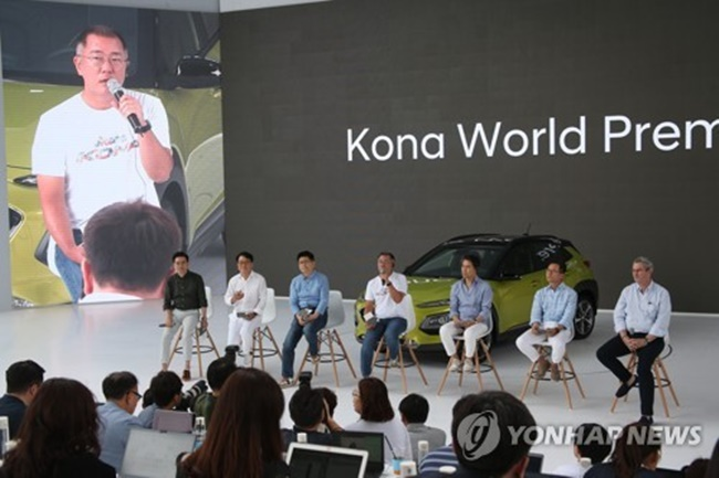 Hyundai Motor Vice Chairman Chung Eui-sun answers questions from a reporter in a Q&A session following the company's world premiere event for the Kona SUV held at Hyundai Motor Studio in Goyang, just northwest of Seoul, on June 13, 2017. (Image: Yonhap)