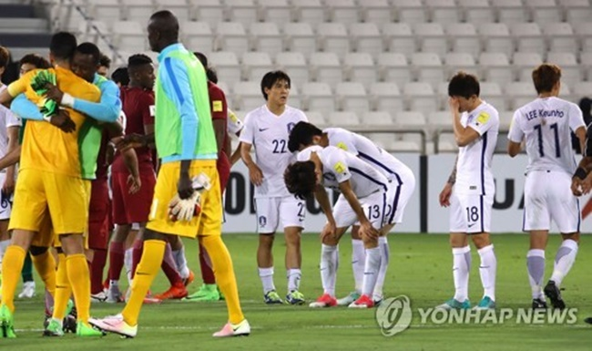 South Korean players (in white) react to their 3-2 loss to Qatar in the teams' World Cup qualifying match at Jassim Bin Hamad Stadium in Doha on June 13, 2017. (Image: Yonhap)
