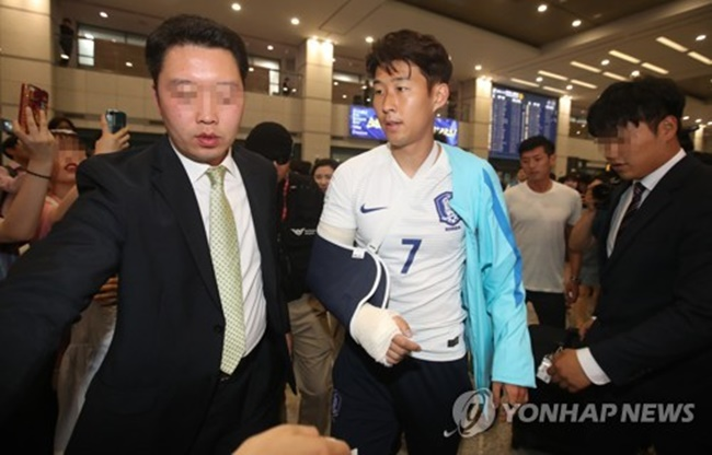 South Korean football player Son Heung-min (C) returns home on June 14, 2017, from a 3-2 loss to Qatar in a World Cup qualifier in Doha. Son broke his right forearm in a fall during the match. (Image: Yonhap)