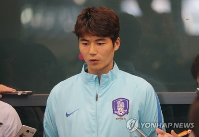 South Korean men's football captain Ki Sung-yueng speaks to reporters at Incheon International Airport on June 14, 2017, after returning from a 3-2 loss to Qatar in Doha in a World Cup qualifying match. (Image: Yonhap)