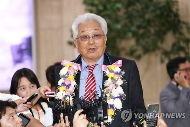 Chang Ung, a North Korean member of the International Olympic Committee, speaks to reporters at Gimpo International Airport in Seoul on June 23, 2017. Chang arrived in South Korea with a delegation from the International Taekwondo Federation ahead of the World Taekwondo Federation's World Taekwondo Championships in Muju, 240 kilometers south of Seoul. (Image: Yonhap)
