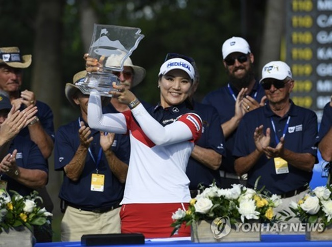 In this Associated Press photo, Ryu So-yeon of South Korea hoists the champion's trophy after winning the Walmart NW Arkansas Championship on the LPGA Tour at Pinnacle Country Club in Rogers, Arkansas, on June 25, 2017. (Image: Yonhap)
