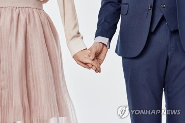 According to the report by local matchmaking firm Duo, the average age of men who tied the knot stood at 36 years. The tally is based on data collected on clients of the matchmaking company between June 2015 and May 2017. (Image: Yonhap)
