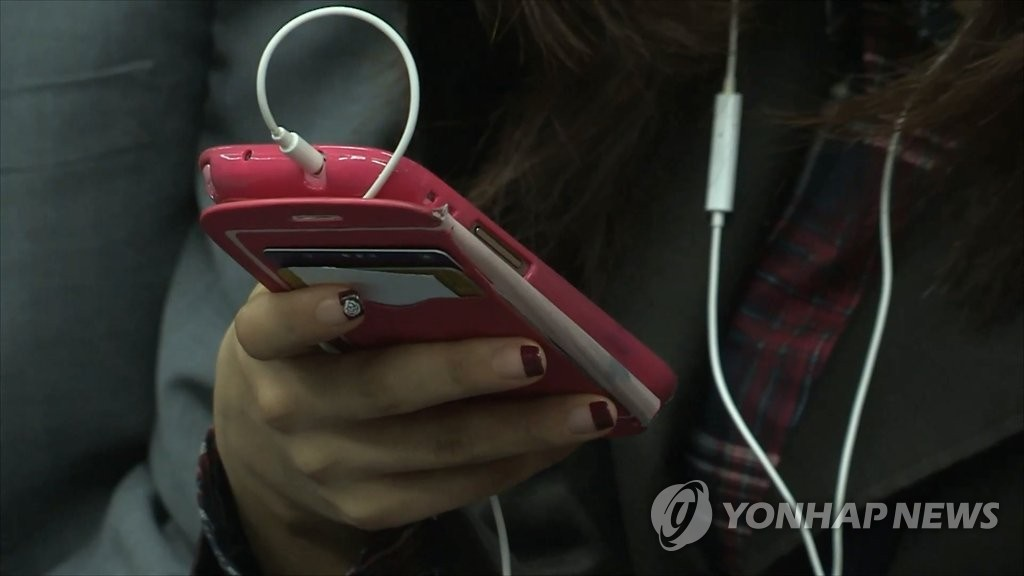 On average, users of music streaming and download services such as Bugs and Melon spent 4,789 won every month, while those who subscribed to movie and video services spent 4,290 won. (Image: Yonhap)