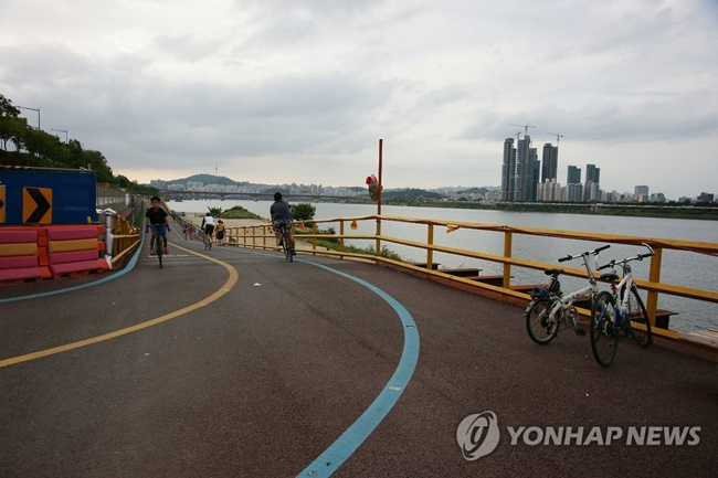 While a similar number of people suffered from injuries resulting from cycling accidents over the same period, there have been around 280 fatalities every year due to bicycle crashes since 2011. (Image: Yonhap)