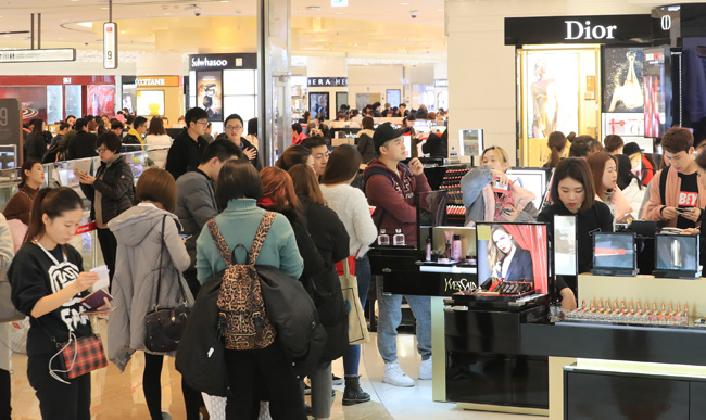 European cosmetics products in particular have been slammed for their high prices in the South Korean market, as statistics from the Korea National Council of Consumer Organizations in 2014 suggest South Korean consumers often pay more than their European counterparts, whose median incomes are much higher. (Image: Yonhap)