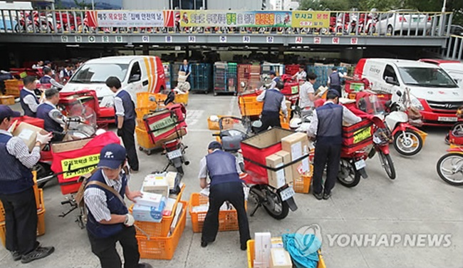 The harsh working conditions many mailmen are subjected to in South Korea continue to cost lives, as the latest victim, a man who went by the name Yong, was found dead last Thursday after collapsing on the job. (Image: Yonhap)