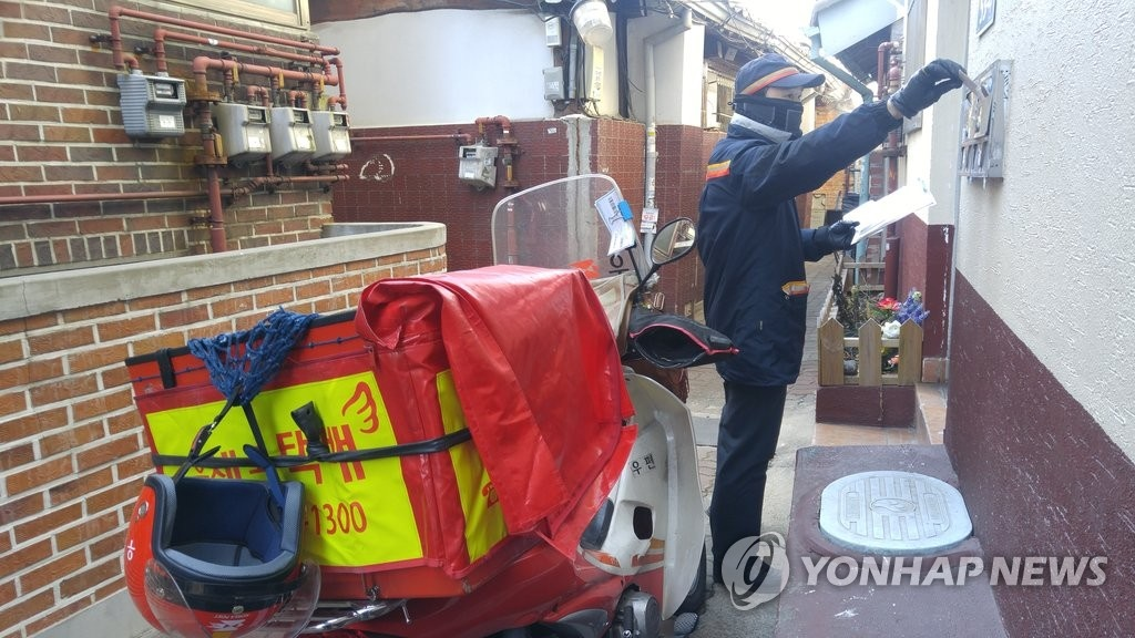 According to the Korean Postman Worker's Union (KPMWU), a total of eleven postal workers died this year, five of whom lost their lives to cardiac infarction, cerebrovascular disease and cerebral hemorrhage, with some leaving a will in which they expressed frustration towards the work overload facing them. (Image: Yonhap)