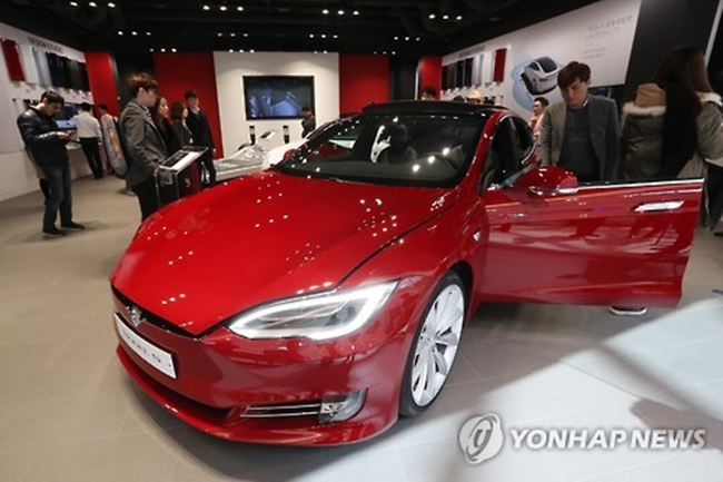 The U.S. electric carmaker invited some 100 South Koreans composed of the buyers of the Model S 90D, their families and friends, a Seoul-based Tesla spokeswoman said. (Image: Yonhap)