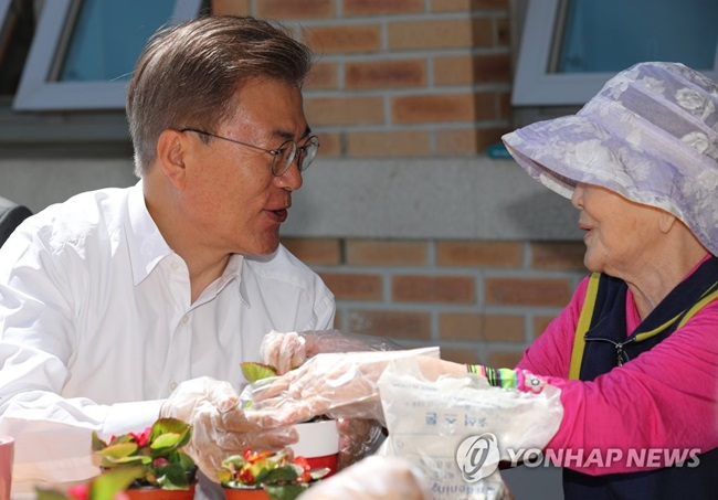Speaking to family members and dementia patients during a visit to the Seoul Sanitarium and Hospital, Moon vowed to make sure that those enrolled in the national insurance plan have only to cover less than ten percent of medical costs when they suffer from dementia.(Image: Yonhap)