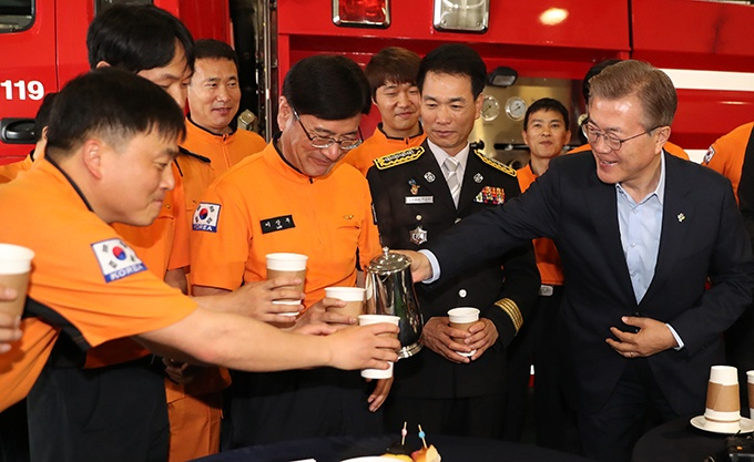 President Moon Jae-in pours coffee for firefighters during his visit to Yongsang Fire Station in central Seoul on June 7, 2017. (image: Yonhap)