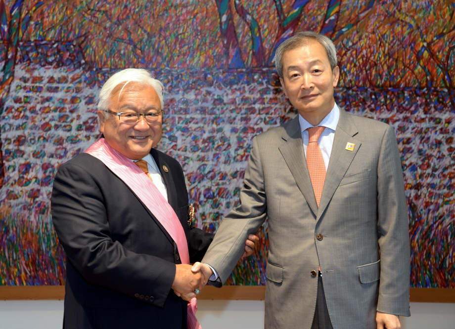 Former Congressman Mike Honda (L) shakes hands with South Korean Ambassador Ahn Ho-young after receiving a state medal in a ceremony in Washington on June 26. (image: Min. of Foreign Affairs)