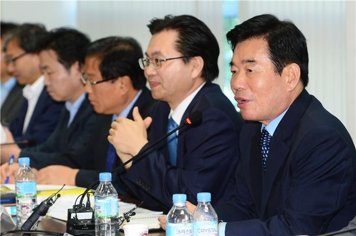 Kim Jin-pyo (R), chairman of the State Affairs Policy Planning Committee, speaks at a briefing in Seoul on June 8, 2017. (image: Yonhap)