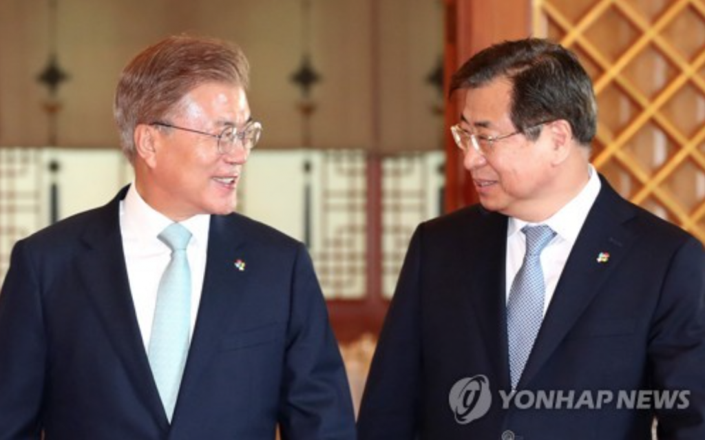 President Moon Jae-in (L) speaks with new National Intelligence Service Director Suh Hoon during a ceremony conferring an appointment certificate to Suh at the presidential office Cheong Wa Dae in Seoul on June 1, 2017. (image: Yonhap)