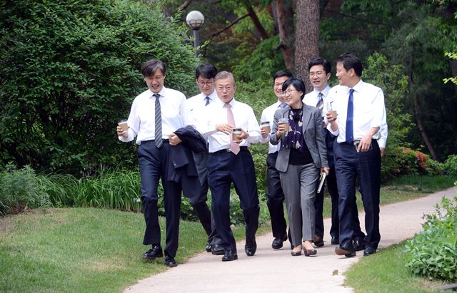 President Moon Jae-in (3rd from L) and his senior secretaries walk around Cheong Wa Dae, with coffees in their hands, on May 11, 2017. (image: Cheong Wa Dae)