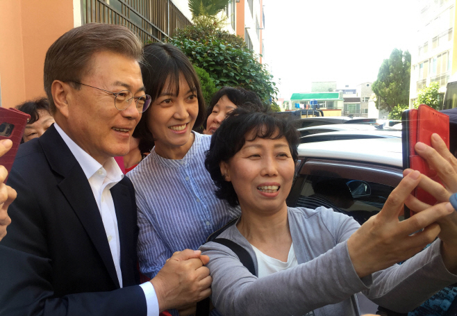 President Moon Jae-in poses with citizens during his visit to Busan on May 22, 2017. (image: Cheong Wa Dae)