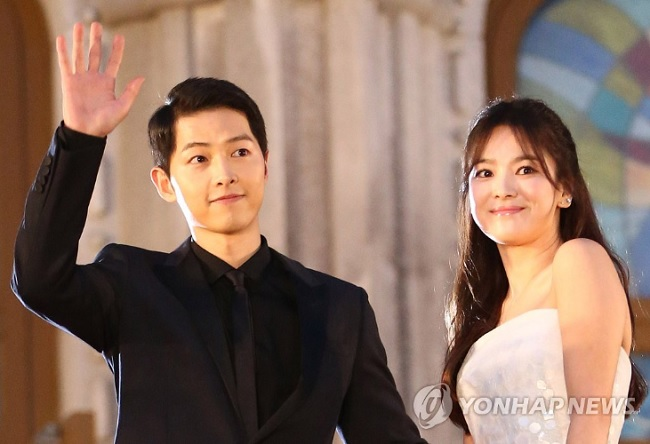 """Descendants of the Sun"" centers on the characters of Yoo Shi-jin (Song Joong-ki), a captain in a South Korean Special Forces unit, and Dr. Kang Mo-yeon (Song Hye-kyo), two people with very different views on how to protect people based on their professions. (Image: Yonhap)"