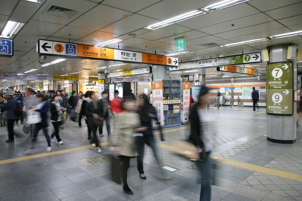 Seoul Metro said on Wednesday that with the latest version of its official mobile app, by selecting stations they are traveling to and from, commuters can receive information regarding time effective travel routes involving the use of vertical transportation at the stations. (Image: Kobiz Media)