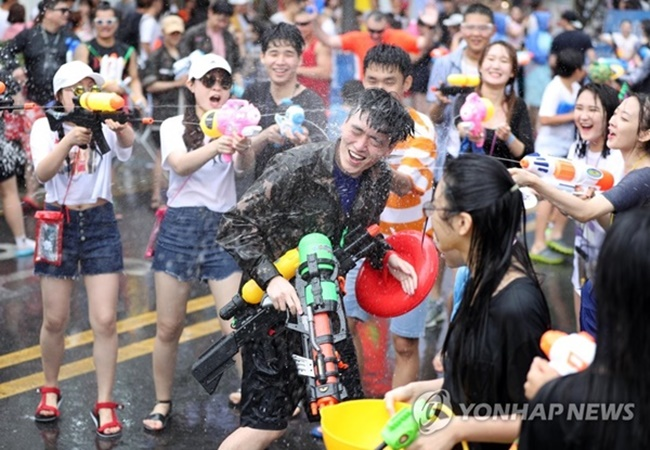 Under the theme 'aliens versus humans', this year's two day-long Shinchon Water Gun Festival proved a hit with young people, attracting over 50,000 participants during the first day alone. (Image: Yonhap)