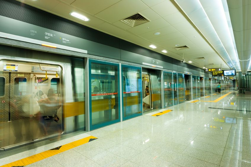 Seoul's subway system continues to receive praise from international media outlets over a number of features including its efficient payment system and wide internet coverage. (Image: Kobiz Media)