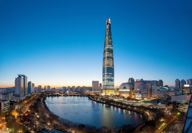 According to statement from Lotte released on Saturday, Shin Dong-bin, who currently heads the company, will relocate his office from the company's South Korean headquarters in Jung District in Seoul to the newly built Lotte World Tower in the Jamsil neighborhood, the tallest building in the country. (Image: Lotte Corporation)