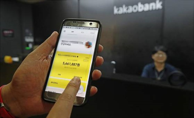 Kakao Bank, South Korea's second Internet-only bank, said Sunday it has attracted some 800,000 accounts four days since its launch, with combined deposits and loans hovering above 500 billion won (US$445.2 million). (Image: Yonhap)