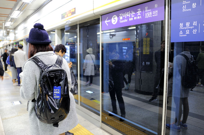 Another feature that often attracts international attention is the complimentary wide area Wi-Fi coverage with the help of major South Korean telecom providers such as SKT and KT, which have teamed up with Seoul Metro to provide free Wi-Fi coverage for their customers during their train journeys. (Image: Kobiz Media)