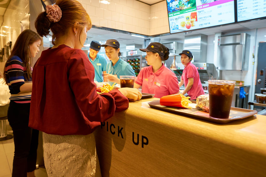 When the news story first broke around last week of Choi Eun-joo, the mother who filed a complaint with the Seoul Central District Prosecutors' Office after her child fell seriously ill, it sent the nation into a 'burger phobia' that kept many of the fast food restaurants empty the following week. (Image: Kobiz Media)
