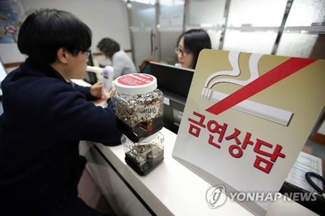 A new report has claimed that among South Koreans attempting to quit smoking, young male workers in the service industry are most likely to fail due to stress that has been linked to the emotional labor many workers experience. (Image: Yonhap)