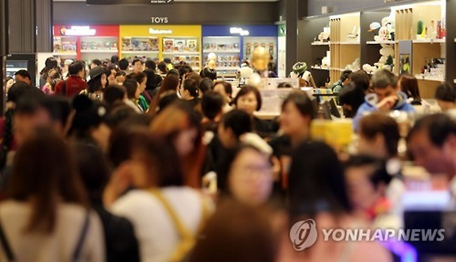 This file photo taken on April 1, 2016, shows Hanwha Galleria Co.'s duty-free store in Seoul crowded with Chinese tourists. (Image: Yonhap)