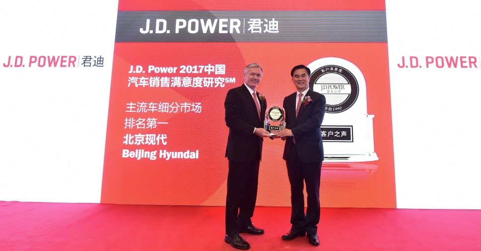 Finbarr O'Neill (L), president of J.D. Power and Associates, and Kwon Hyuk-dong, senior vice president of Hyundai Motor's operations in China. (image: Hyundai Motor)