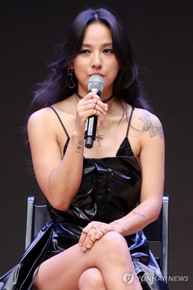 "Singer Lee Hyo-ri speaks to reporters at a concert hall in Konkuk University in Seoul on July 4, 2017, to promote her sixth full-length album ""Black."" (Image: Yonhap)"