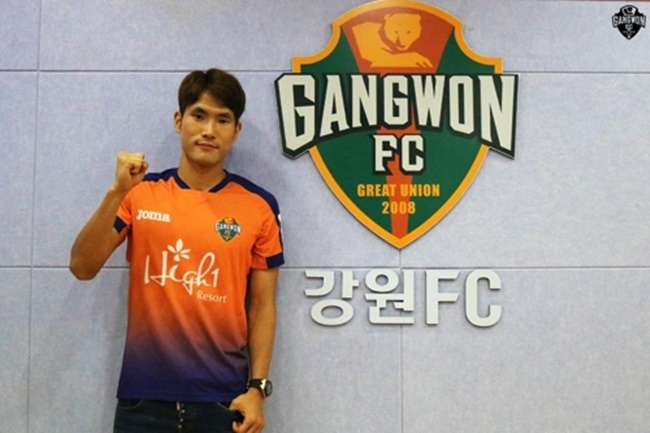 In this photo provided by Gangwon FC on July 5, 2017, newly signed Gangwon midfielder Han Kook-young poses for the camera. (Image: Yonhap)