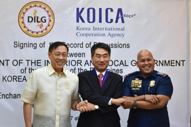 This photo shows South Korean Ambassador to the Philippines Kim Jae-shin (C) and Philippine officials posing after signing an agreement on bilateral police cooperation in Quezon City on July 12, 2017. (Image: KOICA)