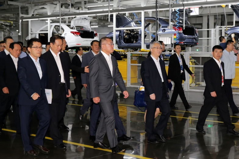Hyundai Motor Vice Chairman Chung Eui-sun in a dark gray suit, and officials from the carmaker and the local government look around its fifth plant in Chongqing, Southwest China. (image: Hyundai Motor)