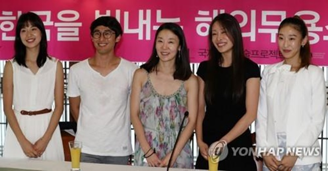 "Korean ballet dancers pose for a photo before a press briefing on ""The Korea World Dance Stars Festival 2017"" in Seoul on July 19, 2017. (Image: Yonhap)"