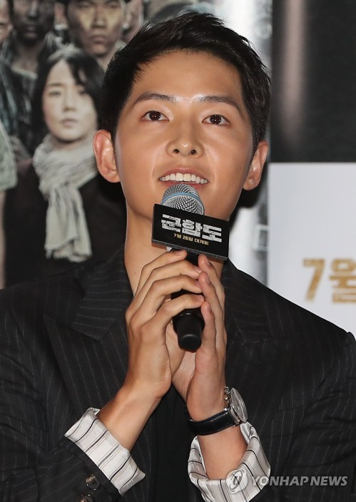 "Actor Song Joong-ki speaks to reporters at a press conference for his new movie ""The Battleship Island"" on July 19, 2017, at CGV Yongsan in central Seoul. (Image: Yonhap)"