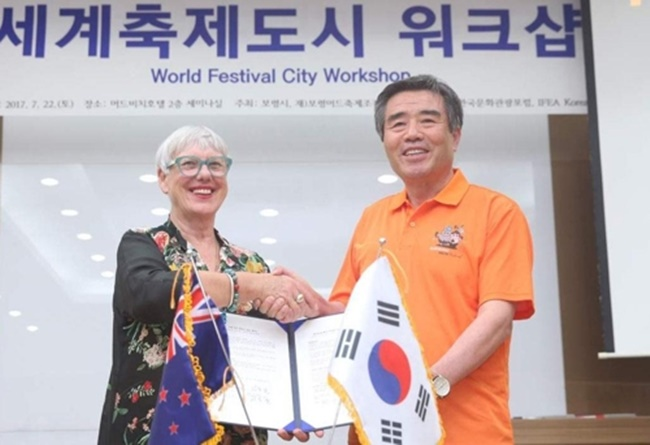 Boryeong Mayor Kim Dong-il (R) and Rotorua Mayor Steve Chadwick pose after signing a mud export contract in the South Korean city on July 22, 2017. (Image: Boryeong)
