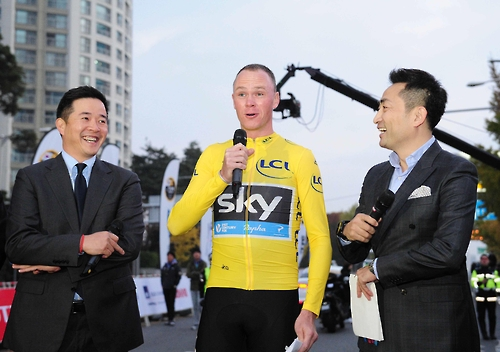 Chris Froome (C) speaks to fans at the opening ceremony of the amateur cycling event L'Etape Korea by Le Tour de France in Seoul on Nov. 5, 2016. (image: L'Etape Korea)