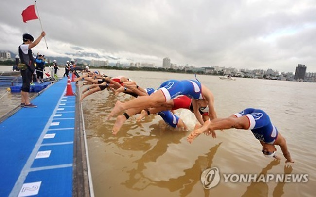 Municipal authorities in Sokcho are facing a backlash from local residents and tourists over the ASTC Triathlon Asian Cup, with critics slamming the annual sporting event for the serious traffic congestion and limited access to facilities that it results in. (Image: Yonhap)