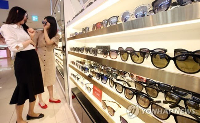 As public interest in eyewear continues to grow, the number of patent applications is increasing for functional sunglasses, which cater to unique needs ranging from protection from fine dust particles to detachable sunglasses. (Image: Yonhap)