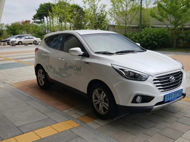 The Minister of Land, Infrastructure and Transport (MOLIT) drew media attention last week when she showed up in a white hydrogen-fueled SUV vehicle during her visit to Cheonan, a move that signals the government's effort to push renewable fuel vehicles. (Image: Yonhap)