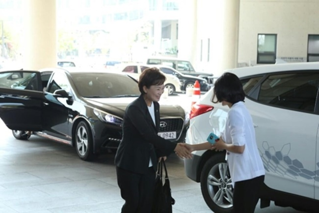 Kim Hyun-mee, who heads the MOLIT, was seen riding in a Hyundai Tuscon ix last Thursday when she was in Cheonan to learn about successful examples of New Deal projects. The Tucson ix is a hydrogen fuel cell SUV, a far cry from what most would expect from highly-placed government officials, who typically travel in black luxury sedans. (Image: Yonhap)
