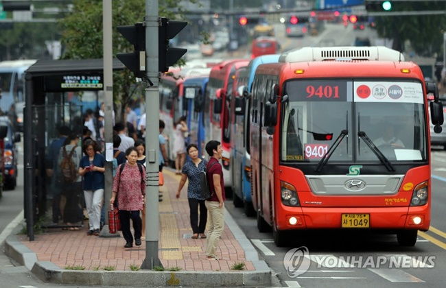 As many of the buses introduced prior to July 2015 lack the latest electronics required to operate the new safety system however, only around 3,000 express buses will be subject to the new safety measures, accounting for less than 20 percent of all red buses. (Image: Yonhap)