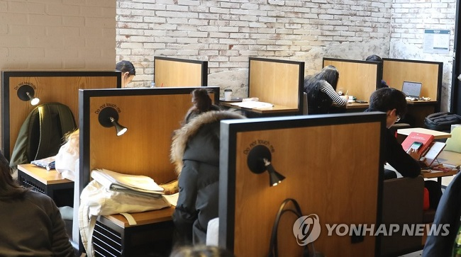 Experts cognizant of the attitude changes towards cafés say it's merely a reflection on customers rating how comfortable a café is for studying, resting and working. (Image: Yonhap)