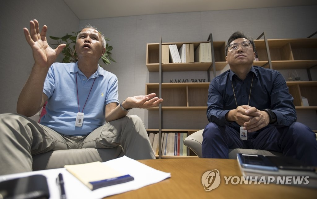 Kakao Bank co-CEO Lee Yong-woo(L) and Yun Ho-young(R) (image: Yonhap)