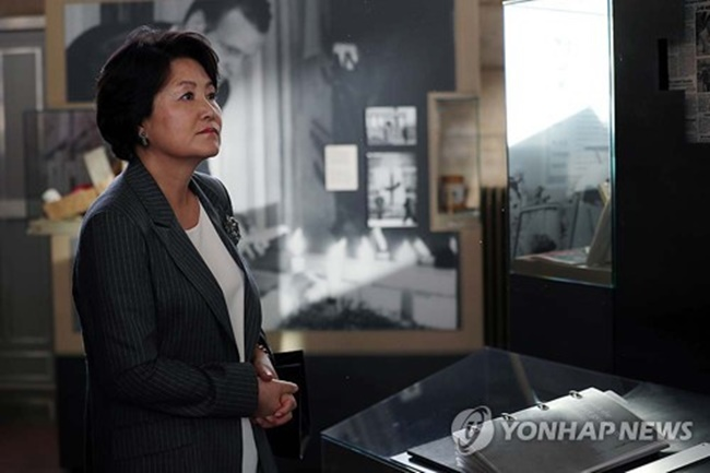 "outh Korean first lady Kim Jung-sook tours the Tranenpalast,"" also colloquially known as ""Palace of Tears,"" in Berlin on July 5, 2017, in this photo released by the presidential office Cheong Wa Dae. The building was built after the Berlin Wall was erected and used as a departure terminal for people leaving East Germany for West Berlin until 1990. (Image: Yonhap)"