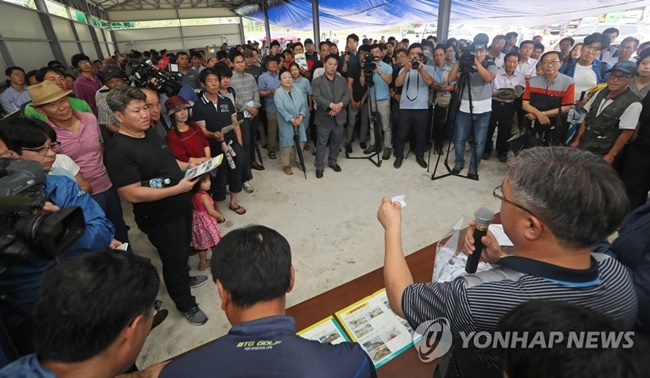 Hundreds of animal bidders flocked to an auction of Jeju dogs held by the Jeju Livestock Institute (JLI) Tuesday, with hopes of adopting an animal from one of the most coveted dog breeds in South Korea. (Image: Yonhap)