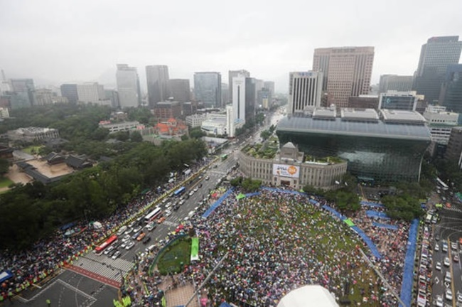 Tens of thousands of people colored Seoul with rainbows as they marched through the center of the capital on Saturday, sending a defiant message of solidarity in support of LGBT rights. (Image: Yonhap)